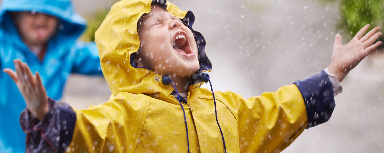 Jongetje met gele regenjas