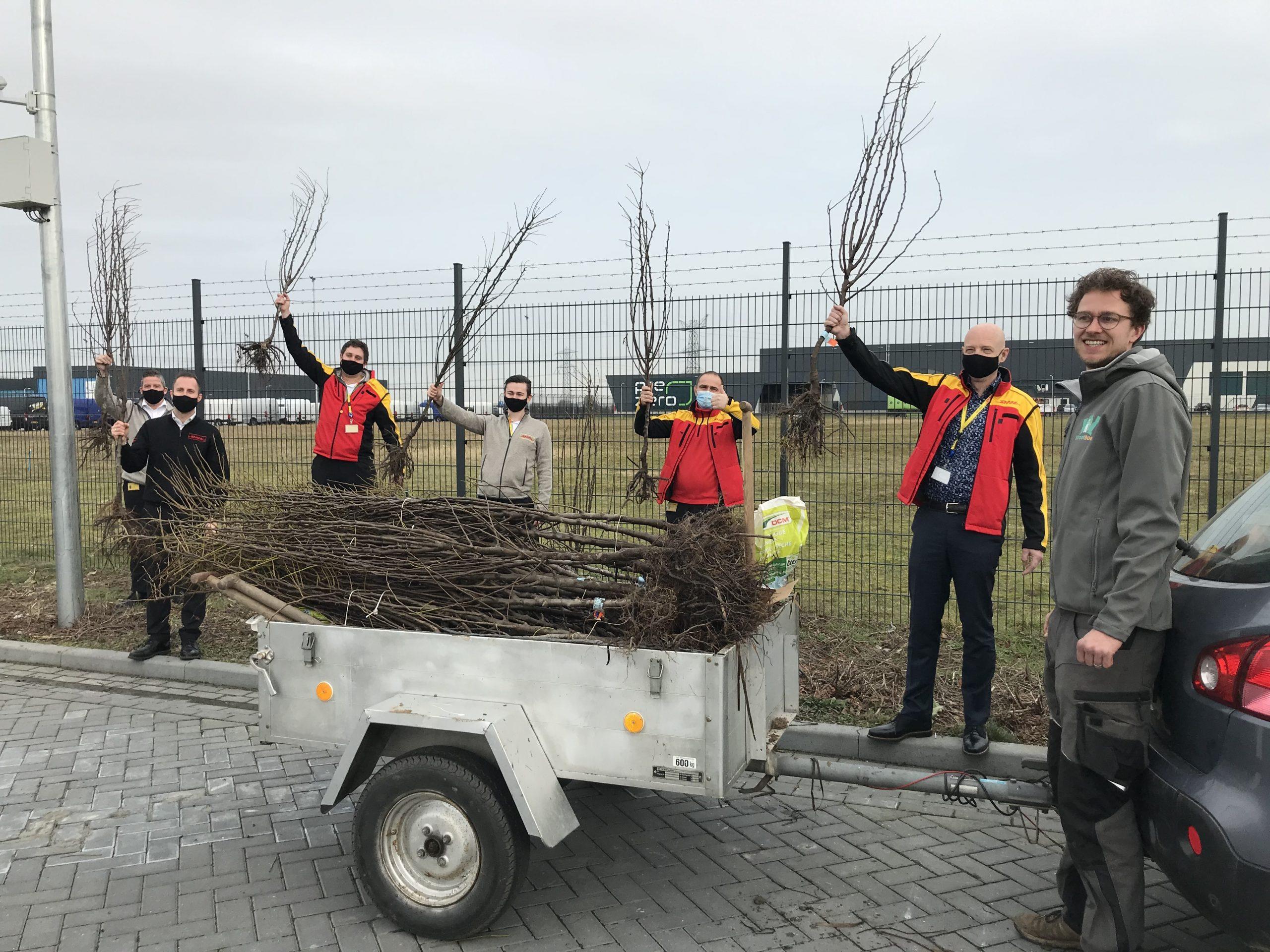 Foto-bij-persbericht-Perenboomactie-medewerkers-DHL-Express-foto-van-stichting-Straatboer